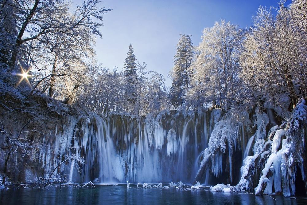 zima na plitvických jazerách zamrznutá